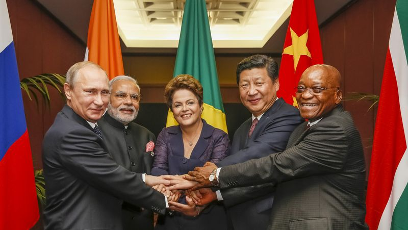 Fichier:BRICS heads of state and government hold hands ahead of the 2014 G-20 summit in Brisbane, Australia (Agencia Brasil).jpg