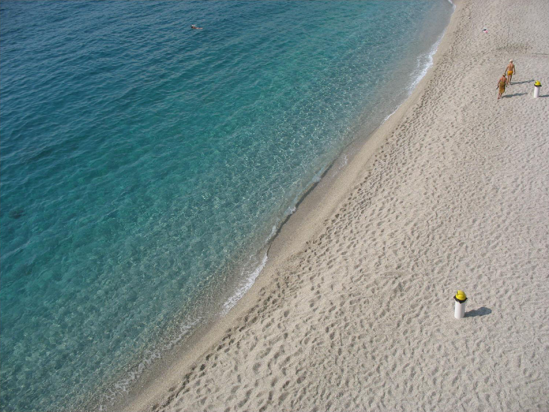 File:Bergeggi beach 1.jpg - Wikimedia Commons