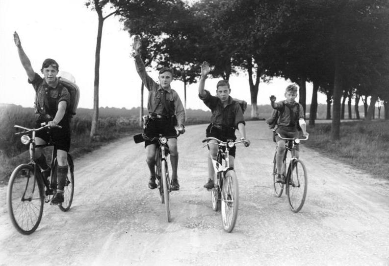 File:Bundesarchiv B 145 Bild-P049482, Berlin, Hitlerjugend bei Fahrradausflug.jpg