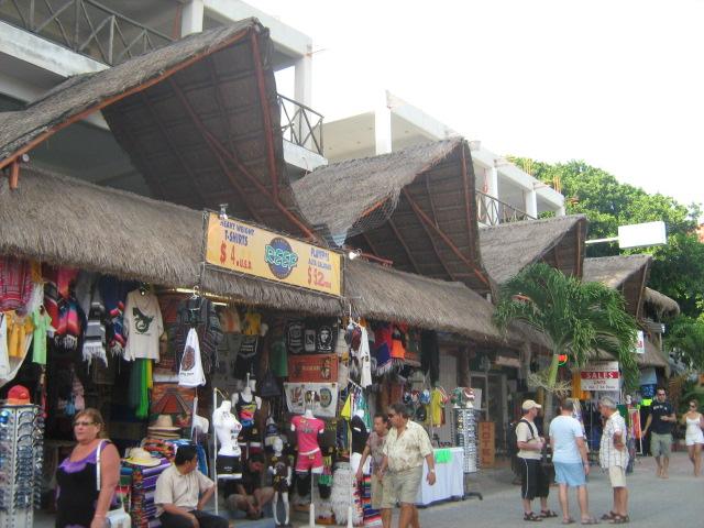 Comercios en la quinta Avenida, Playa del Carmen. - panoramio