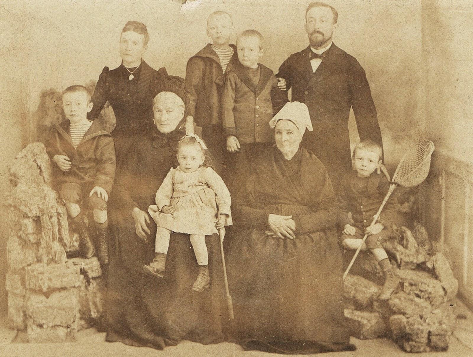 File:Edmond Miniac et sa famille..jpg - Wikimedia Commons