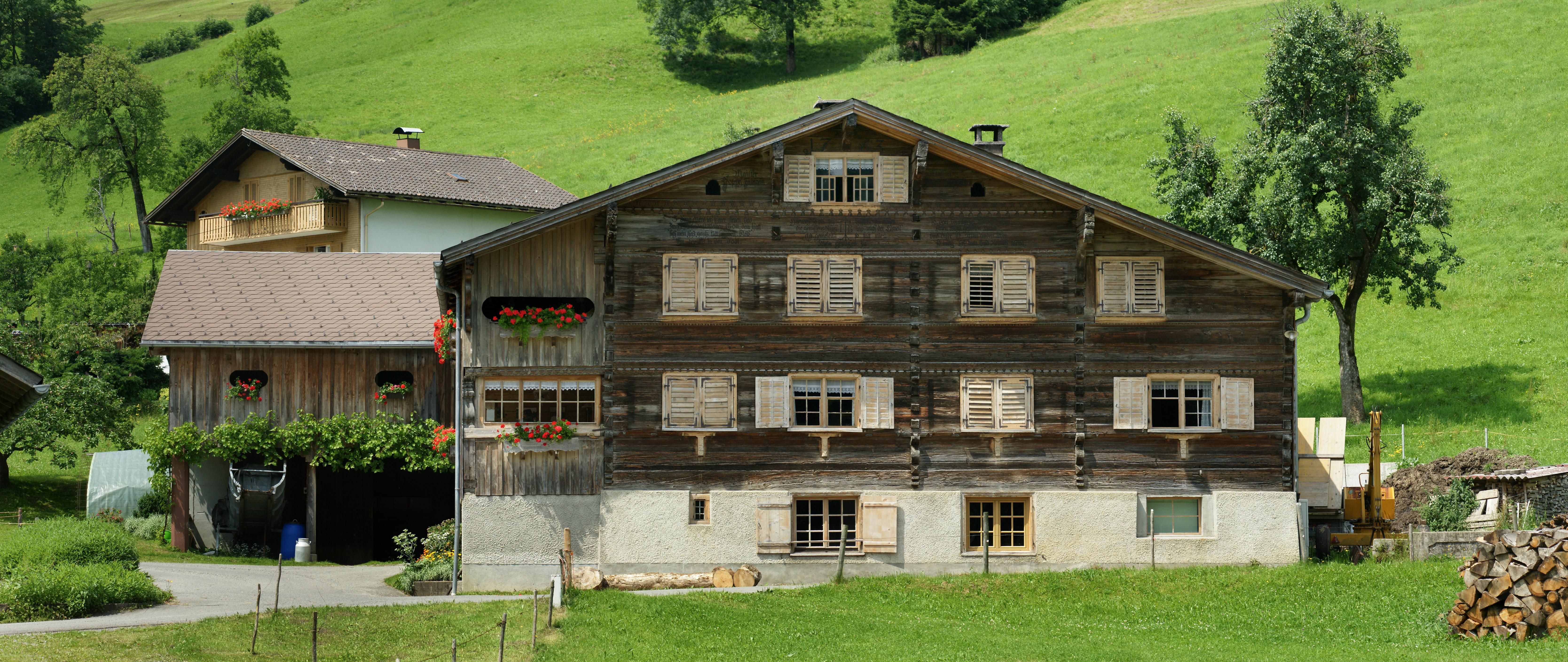 File einhof loch 266 schwarzenberg jpg wikimedia commons for Traditionelles haus