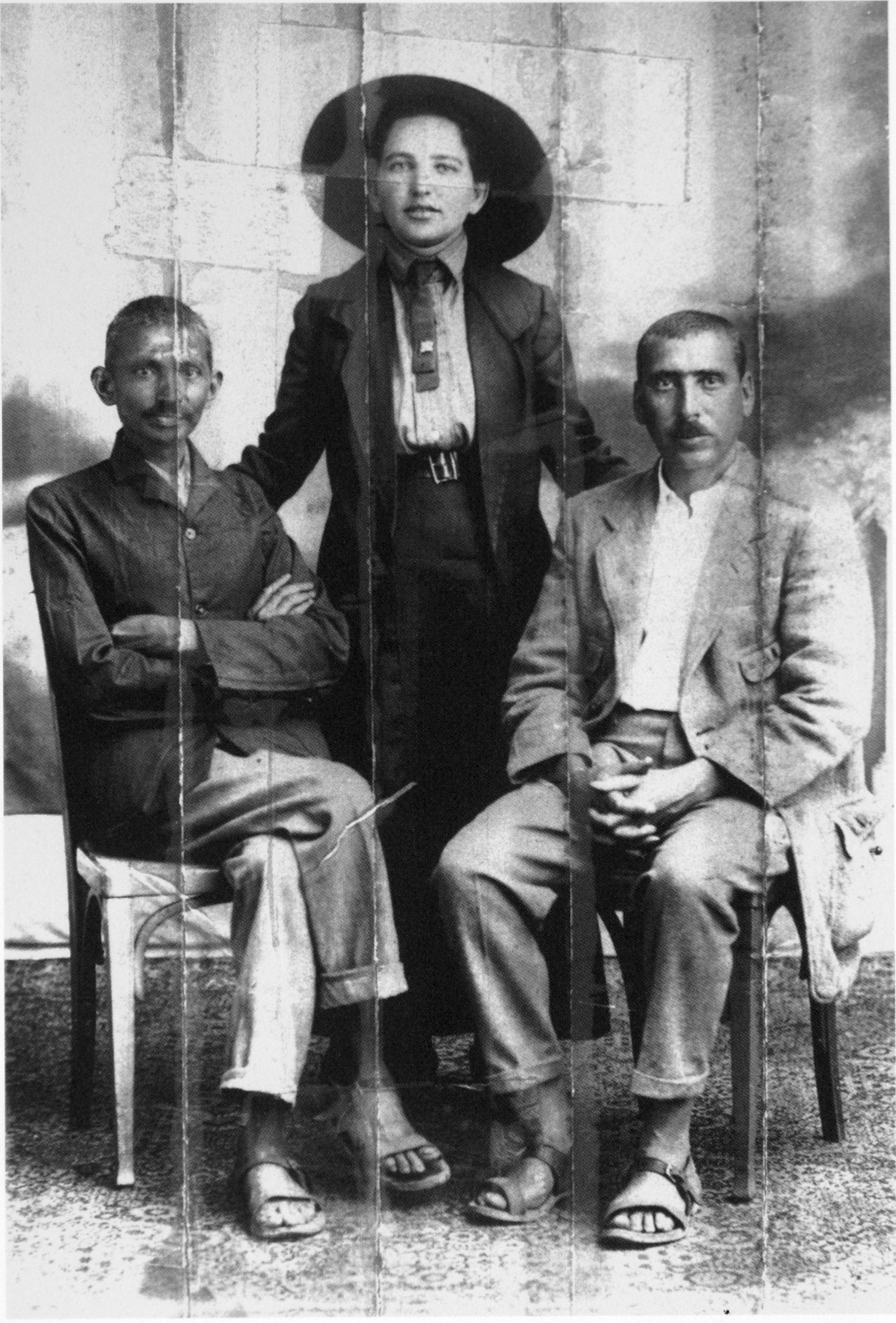 Parhuzamos parkolas egyszeruen 327 - With His Secretary Miss Sonia Schlesin And Dr Hermann Kallenbach Before The Historic March From Natal To Transvaal 1913