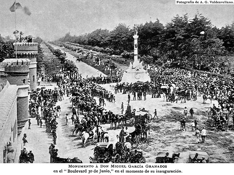 Inauguracion del monumento a Garcia Granados en 1896 frente al entonces nuevo cuartel de artillería.