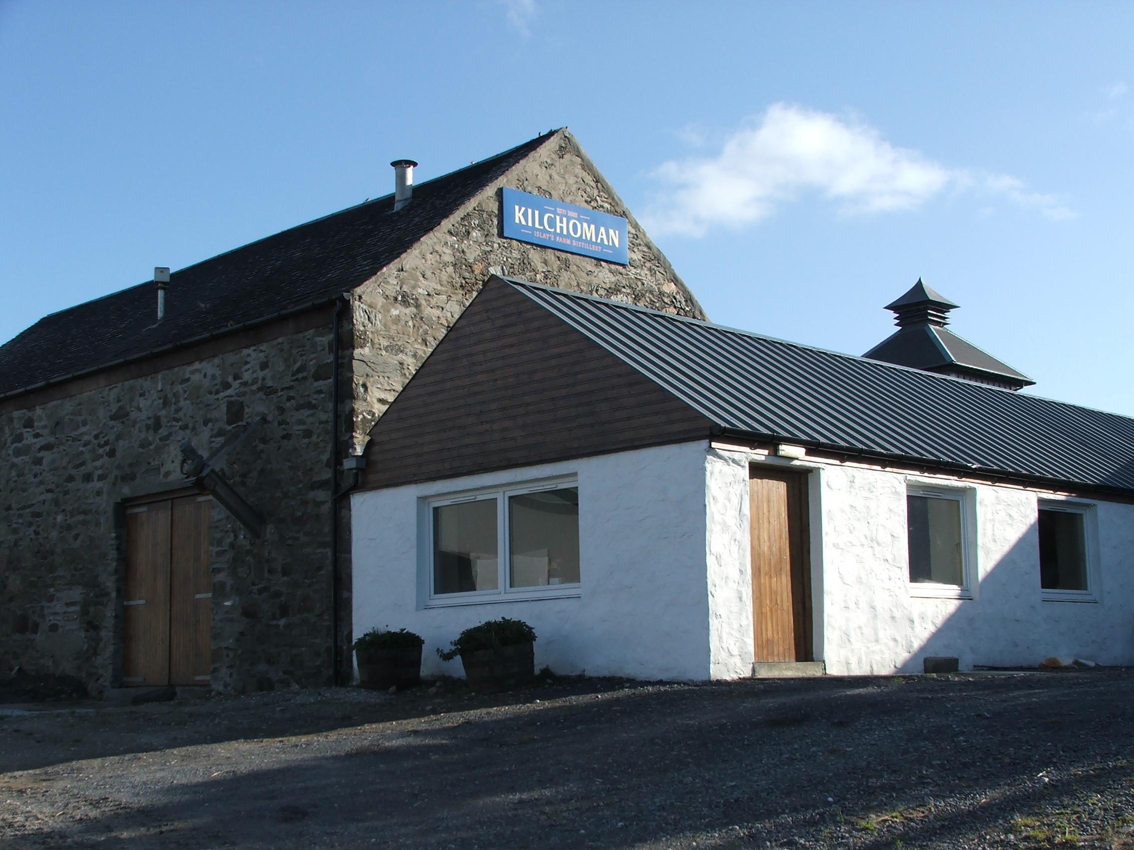 https://upload.wikimedia.org/wikipedia/commons/a/ac/Kilchoman_Distillery_on_Islay%2C_Scotland.jpg