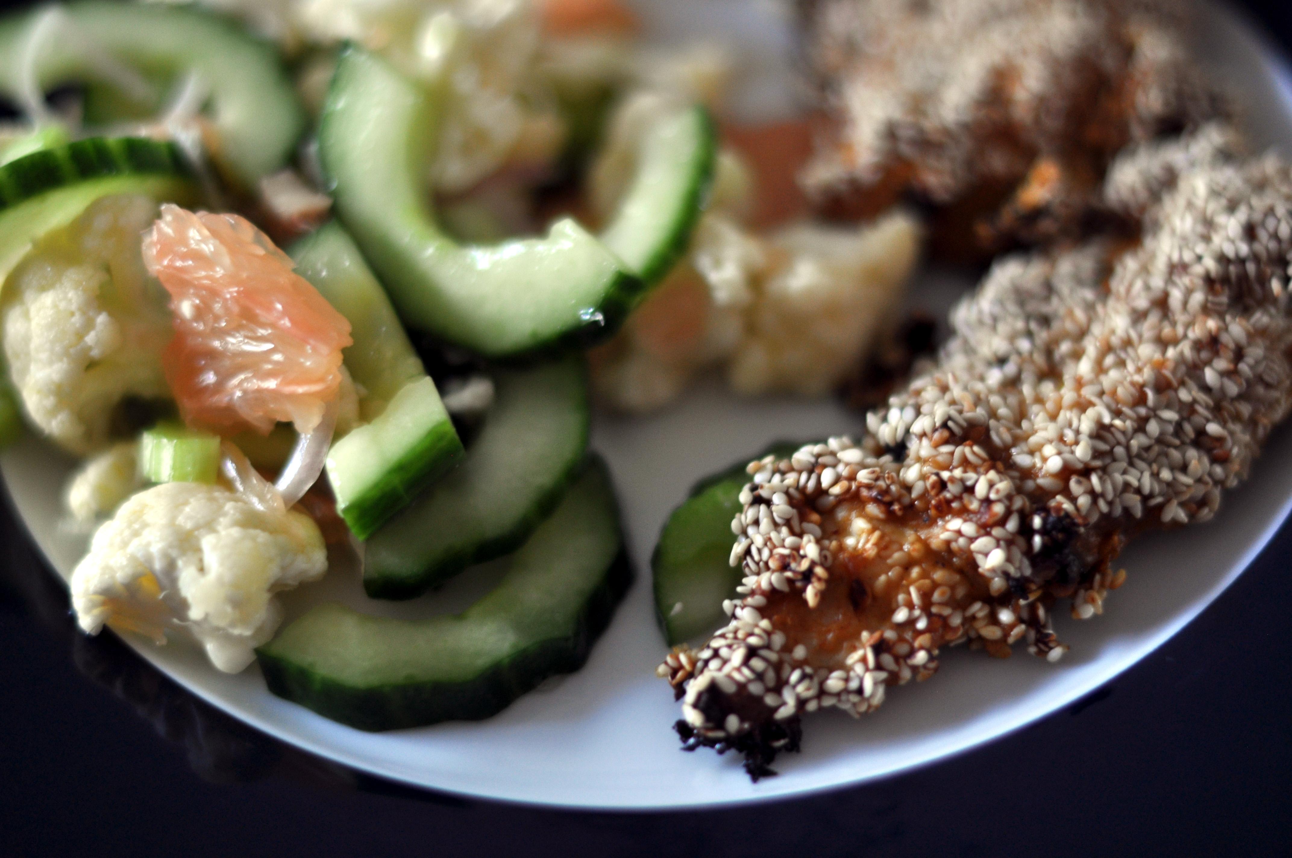 Filekylling Med Sesam Og Salat Af Agurk Blomkål Og Grape