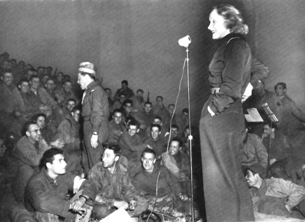 Marlene Dietrich bei der Truppenbetreuung 1944