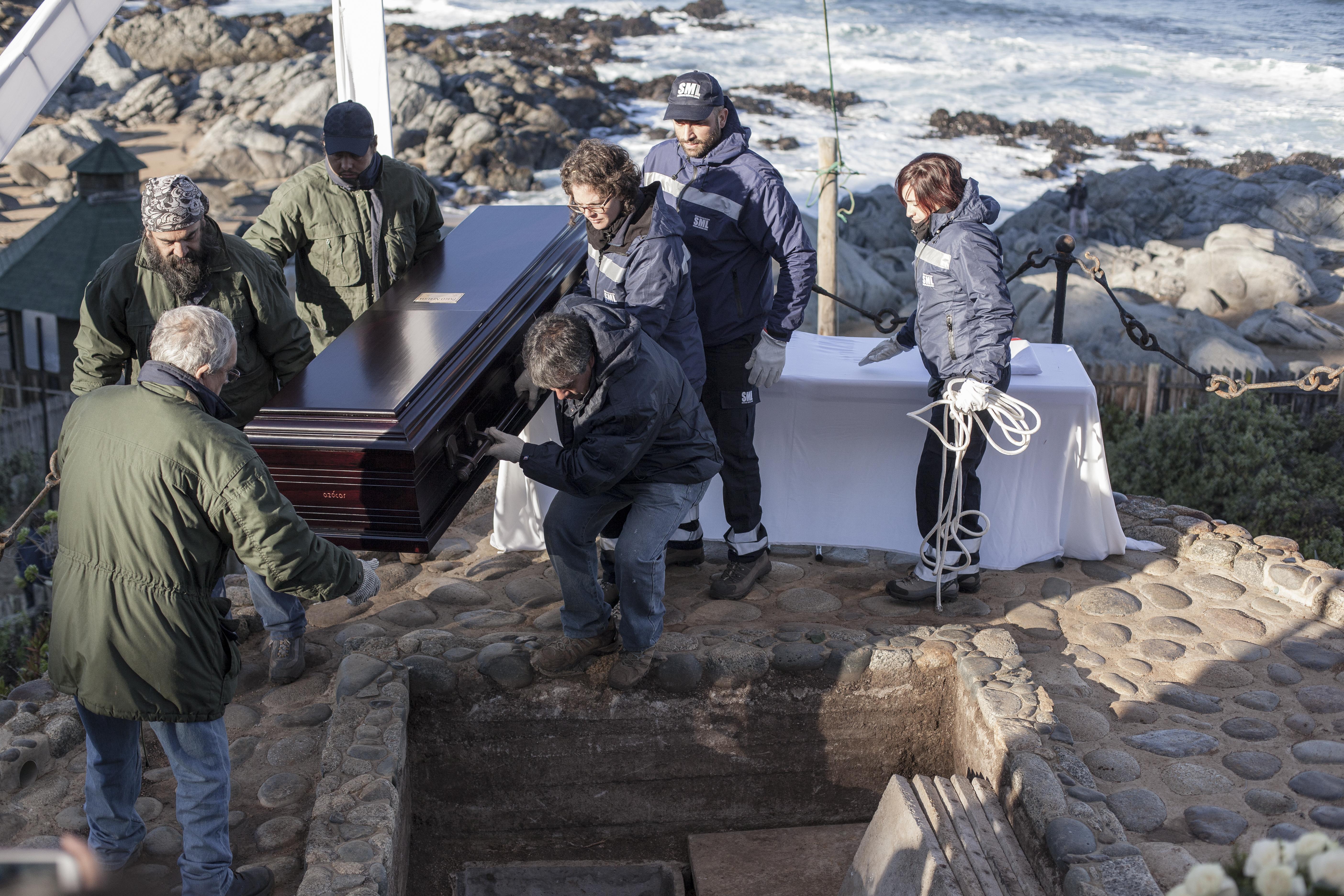 El reinhumación de los restos de Neruda en su tumba en Isla Negra estuvo a cargo de funcionarios del SML y de la PDI ( 26 de abril de 2016).