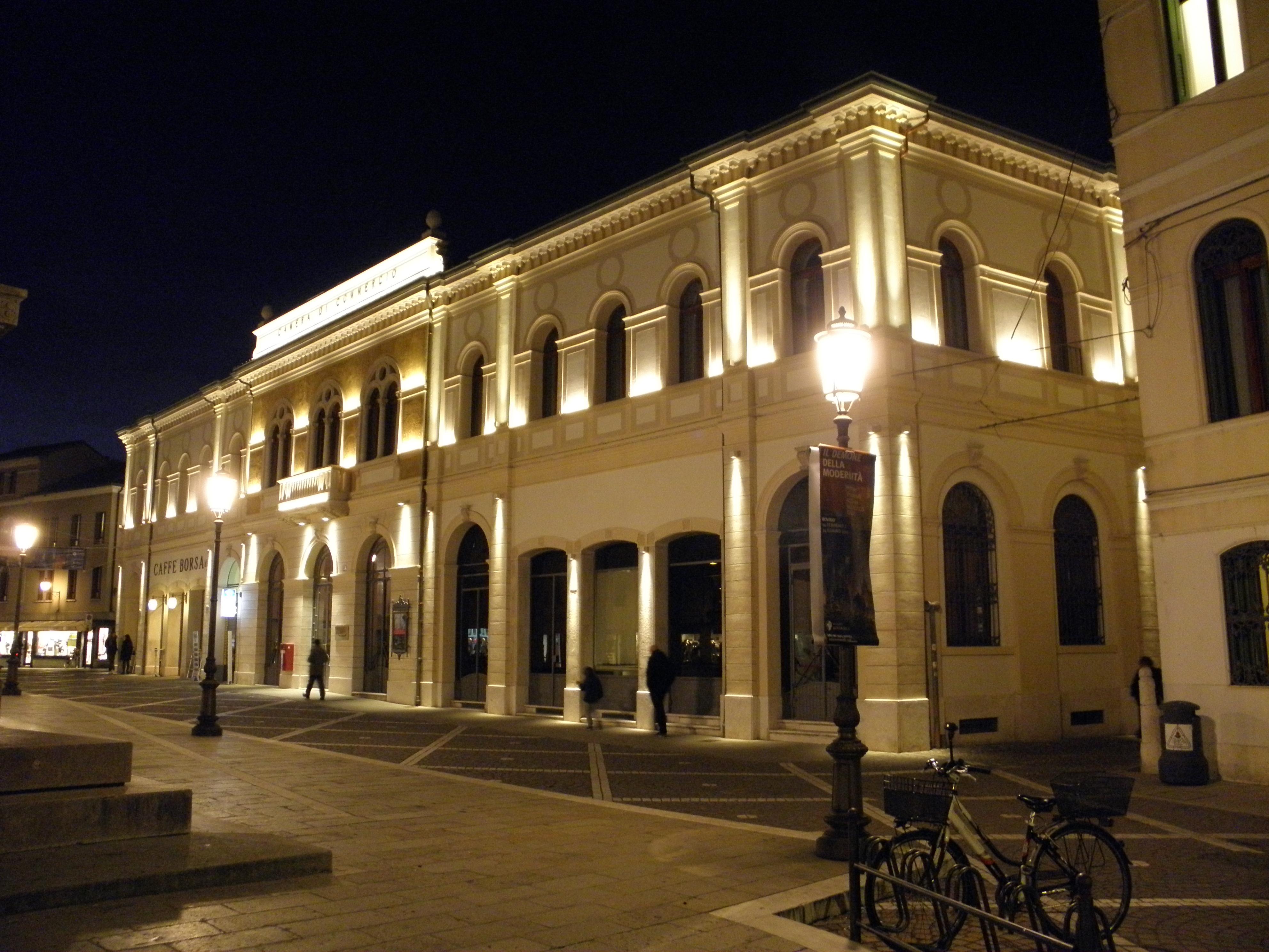 File palazzo della camera di commercio notturna nuova