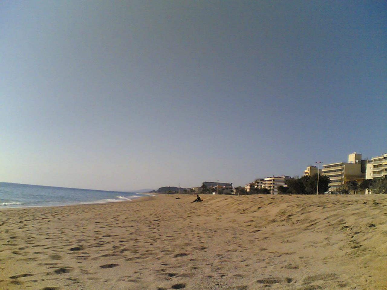 http://upload.wikimedia.org/wikipedia/commons/a/ac/Pineda_de_Mar_beach_%2802-2008%29.jpg