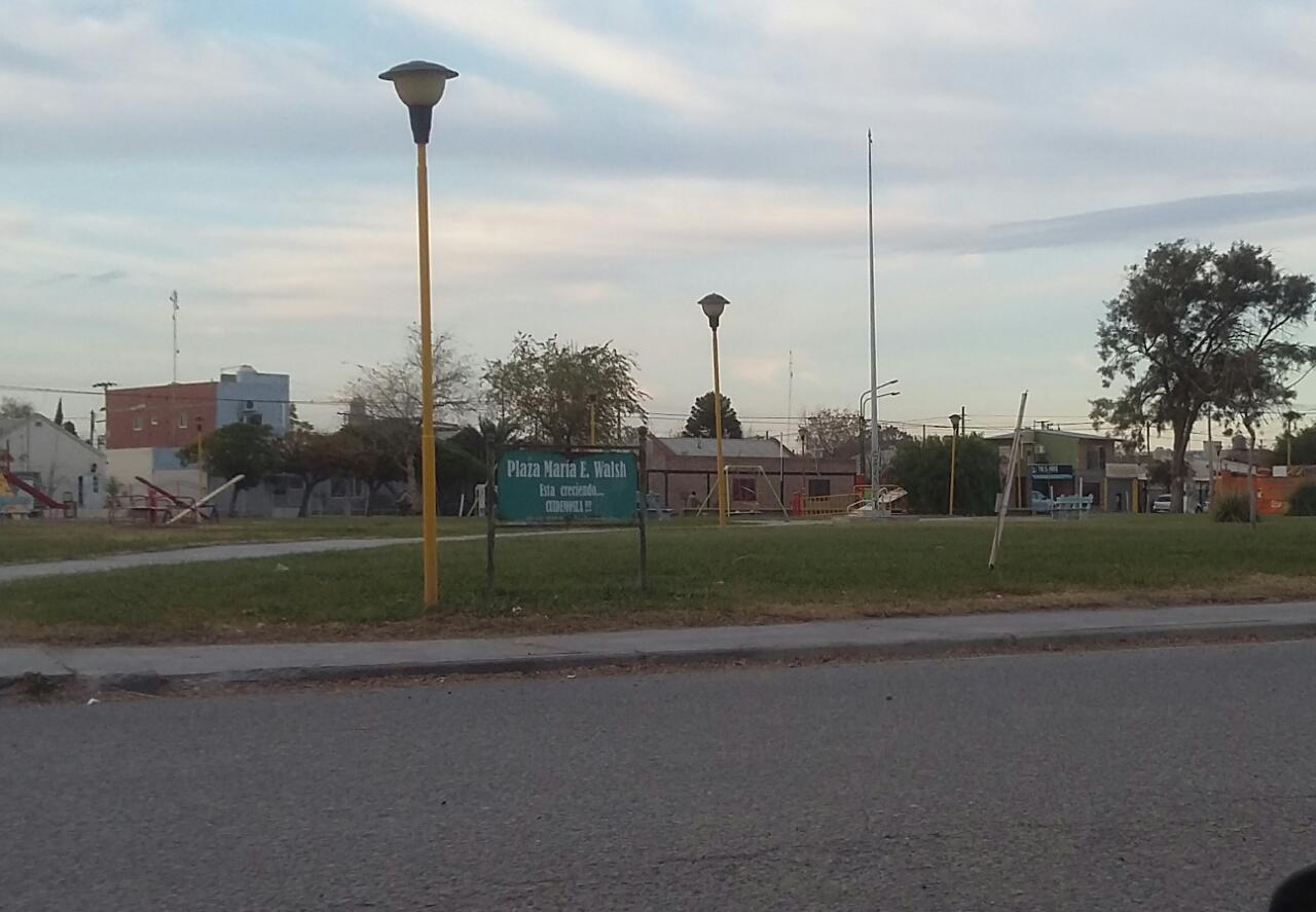 Una de las principales plazas de la localidad rionegrina de General Fernández Oro lleva el nombre de María Elena Walsh.