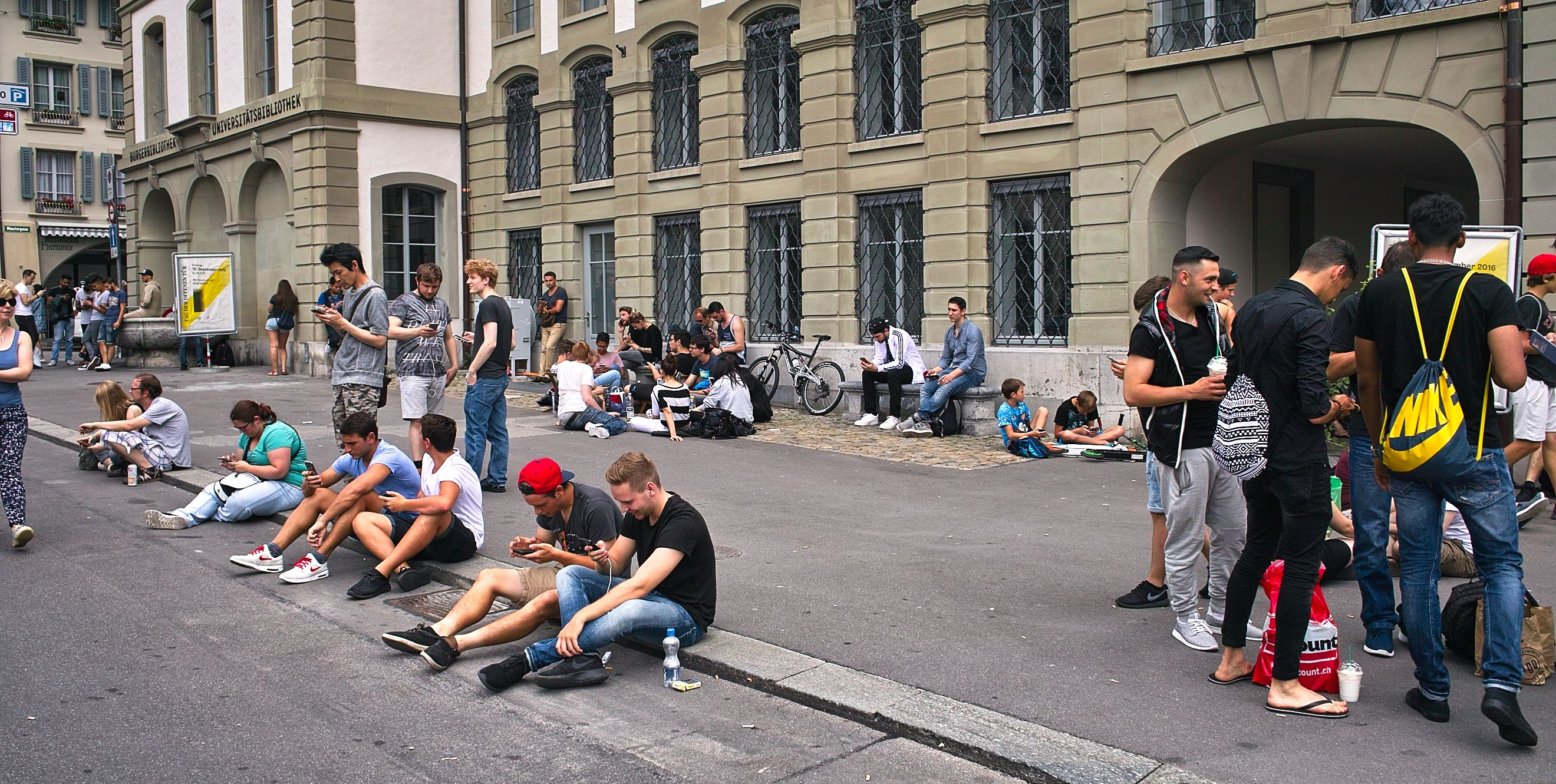 Will mobile serious games soon look like this? Pokémon players in Bern (Image: Fred Schaerli, CC-BY-SA-4.0)