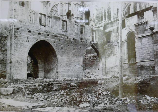 File puerta obispo antes de su derribo jpg wikimedia commons for Puertas antiguas de derribo