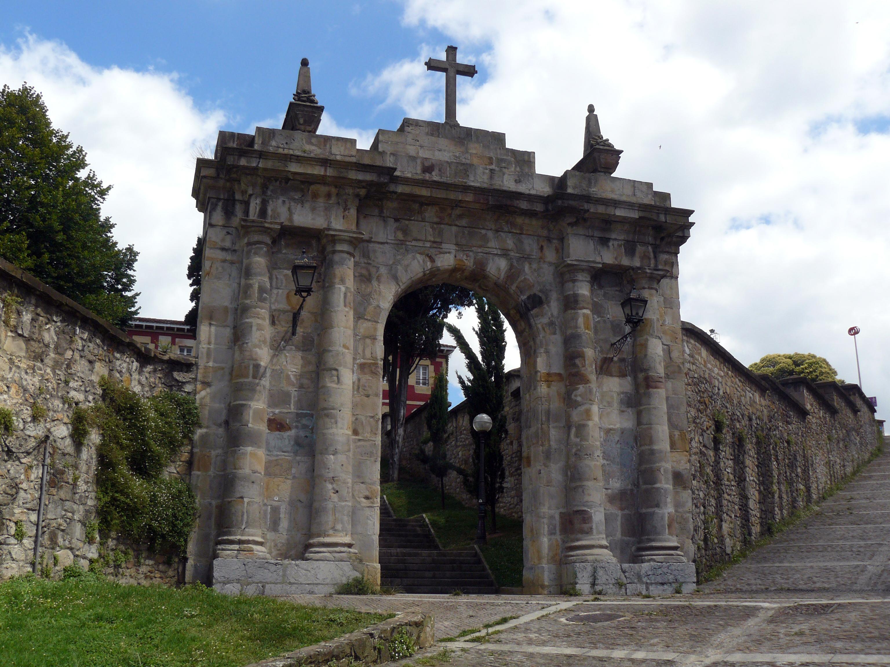 Archivo puerta del antiguo cementerio de bego for Cementerio parque jardin la puerta