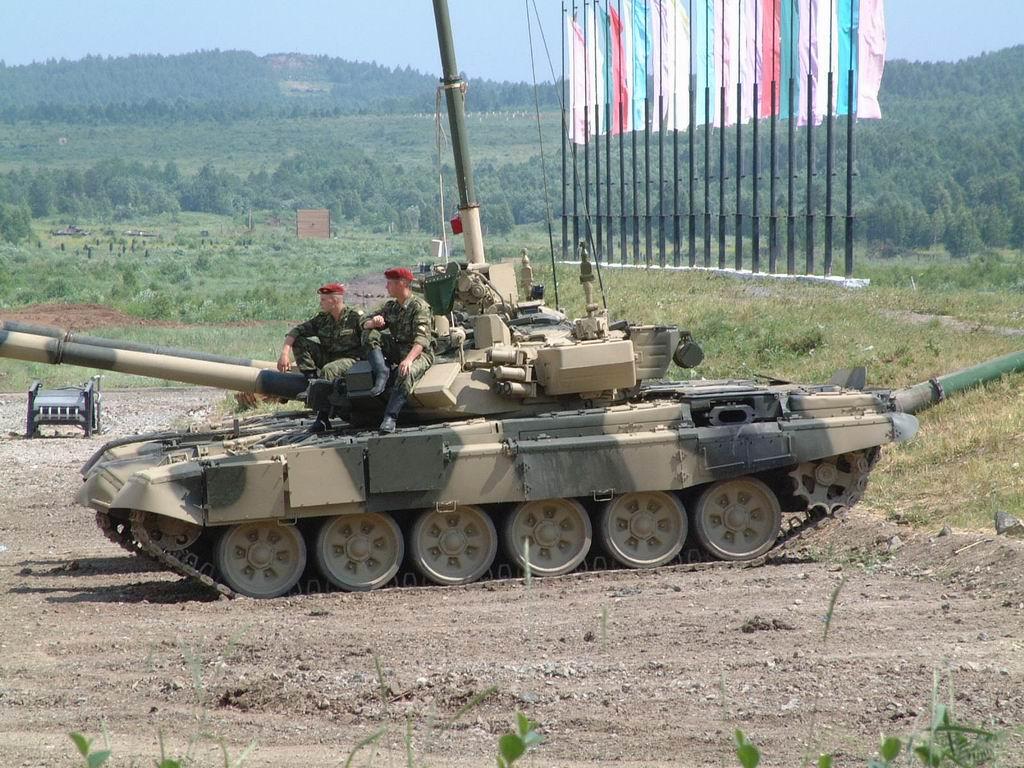 Российский Т-90 с поднятой трубой ОПВТ для...