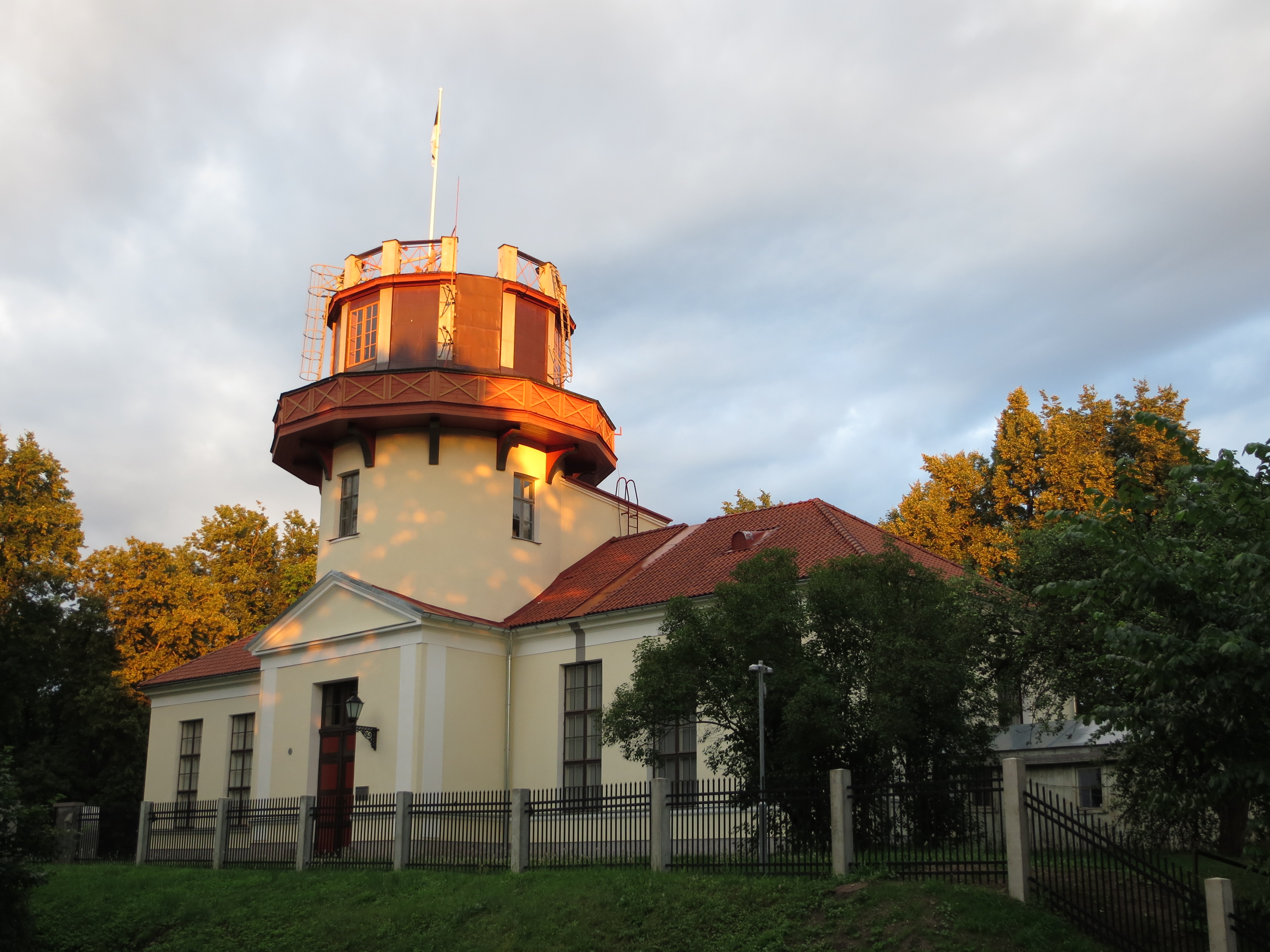 https://upload.wikimedia.org/wikipedia/commons/a/ac/The_Old_Observatory_in_Tartu.jpg