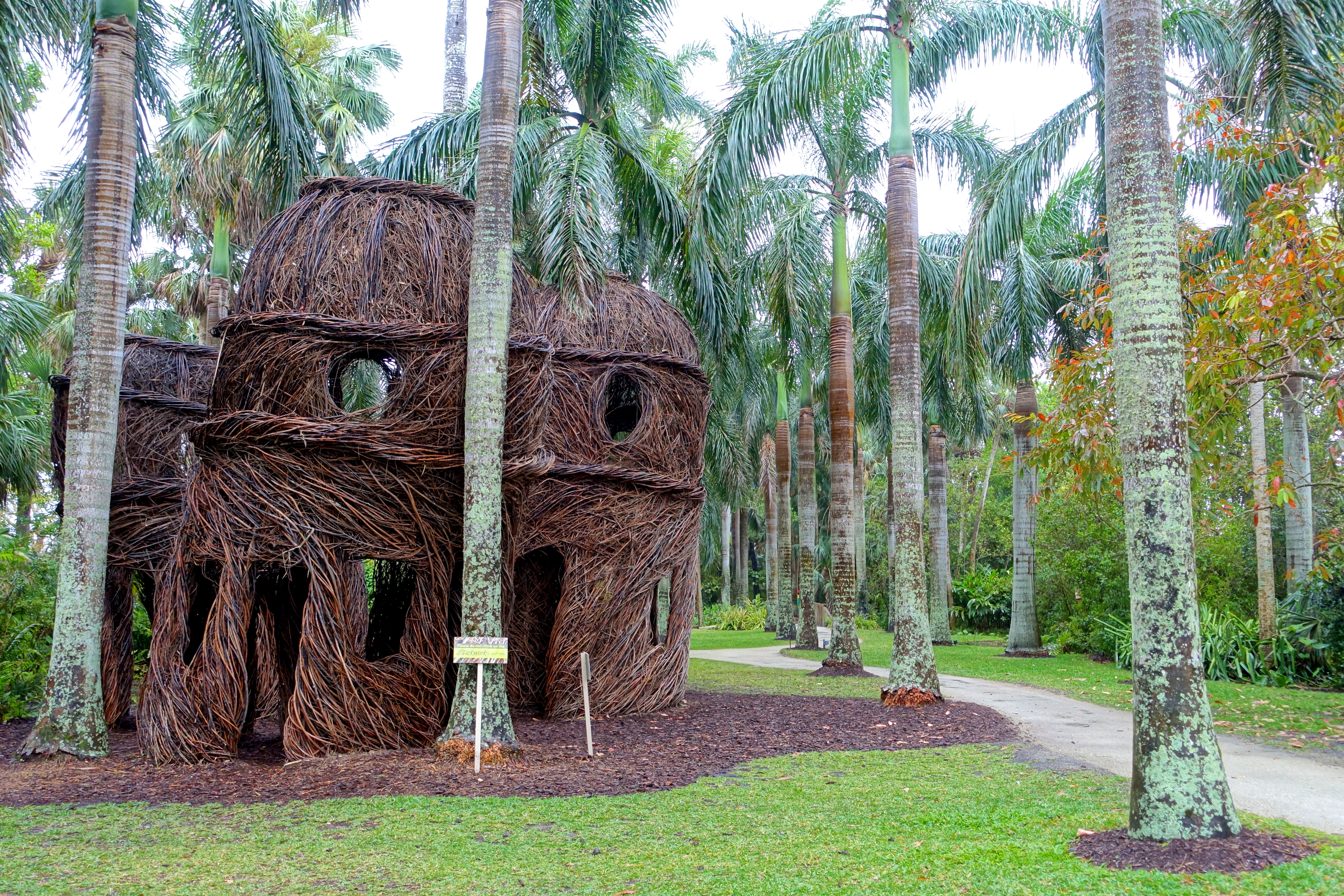 File:The Royals by Patrick Dougherty, 2016 - McKee Botanical Garden ...
