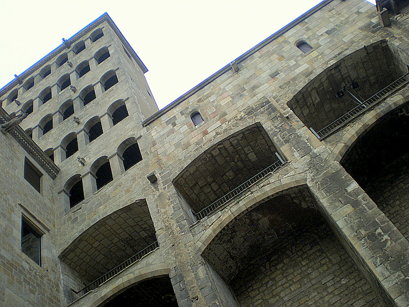 Archivo: Torre Palau Reial.jpg