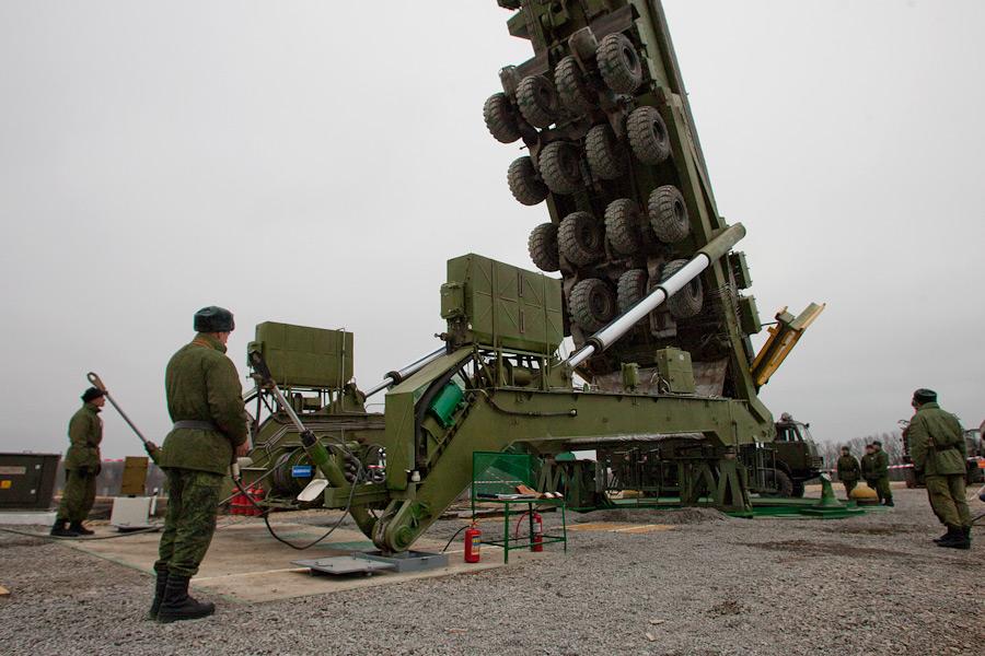 Rússia – Instalação do míssil balístico intercontinental 'Yars' em seu silo