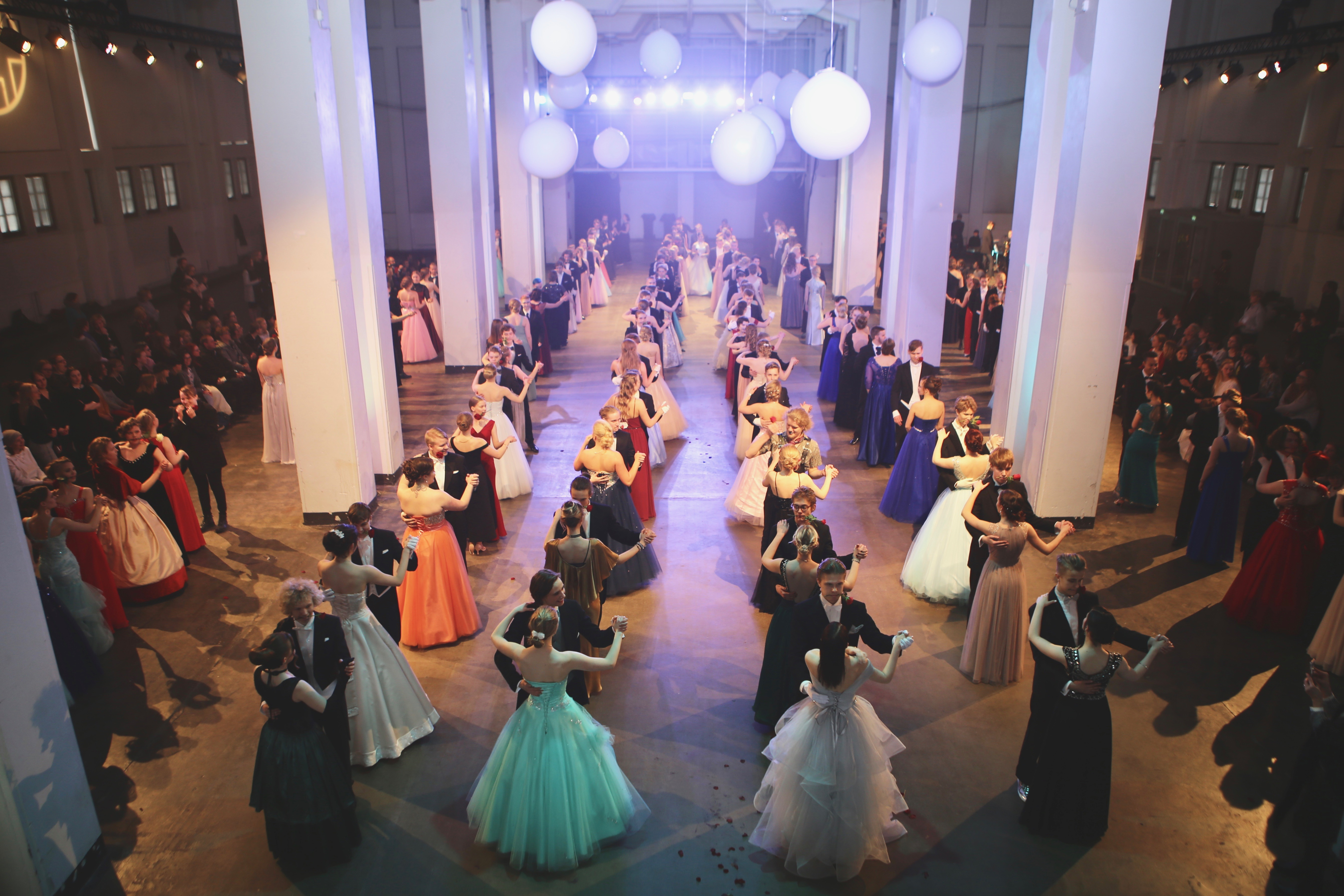 Lahden lukioissa esiintyy lähes 300 tanssiparia - vanhojen tansseja pääsee seuraamaan Suurhallissa perjantaina