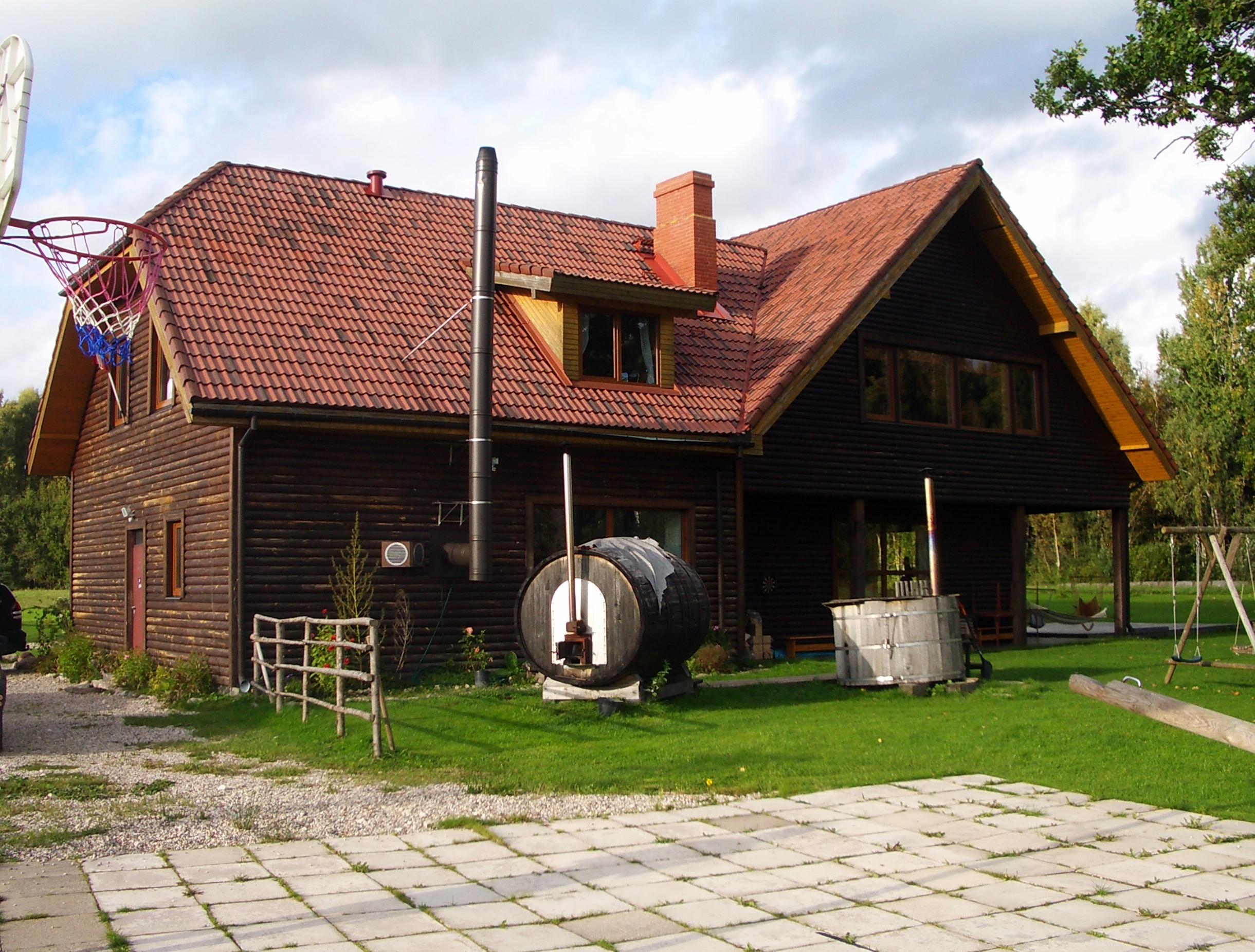 file viesu māja ārpusē mazā pirtiņa ūdens kubls guest house