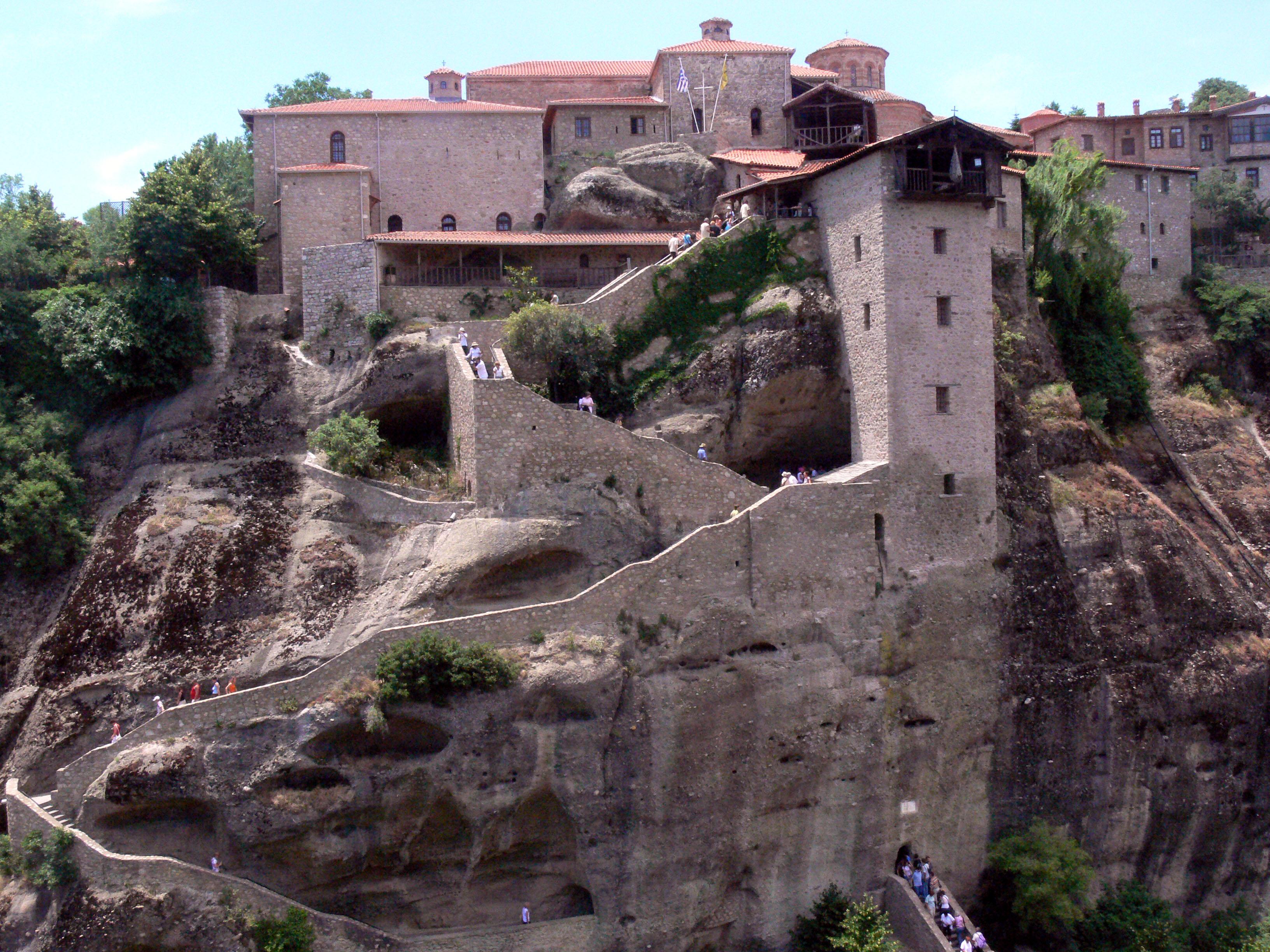 Хорошая мощеная дорога делает доступ к каждому из главных монастырей