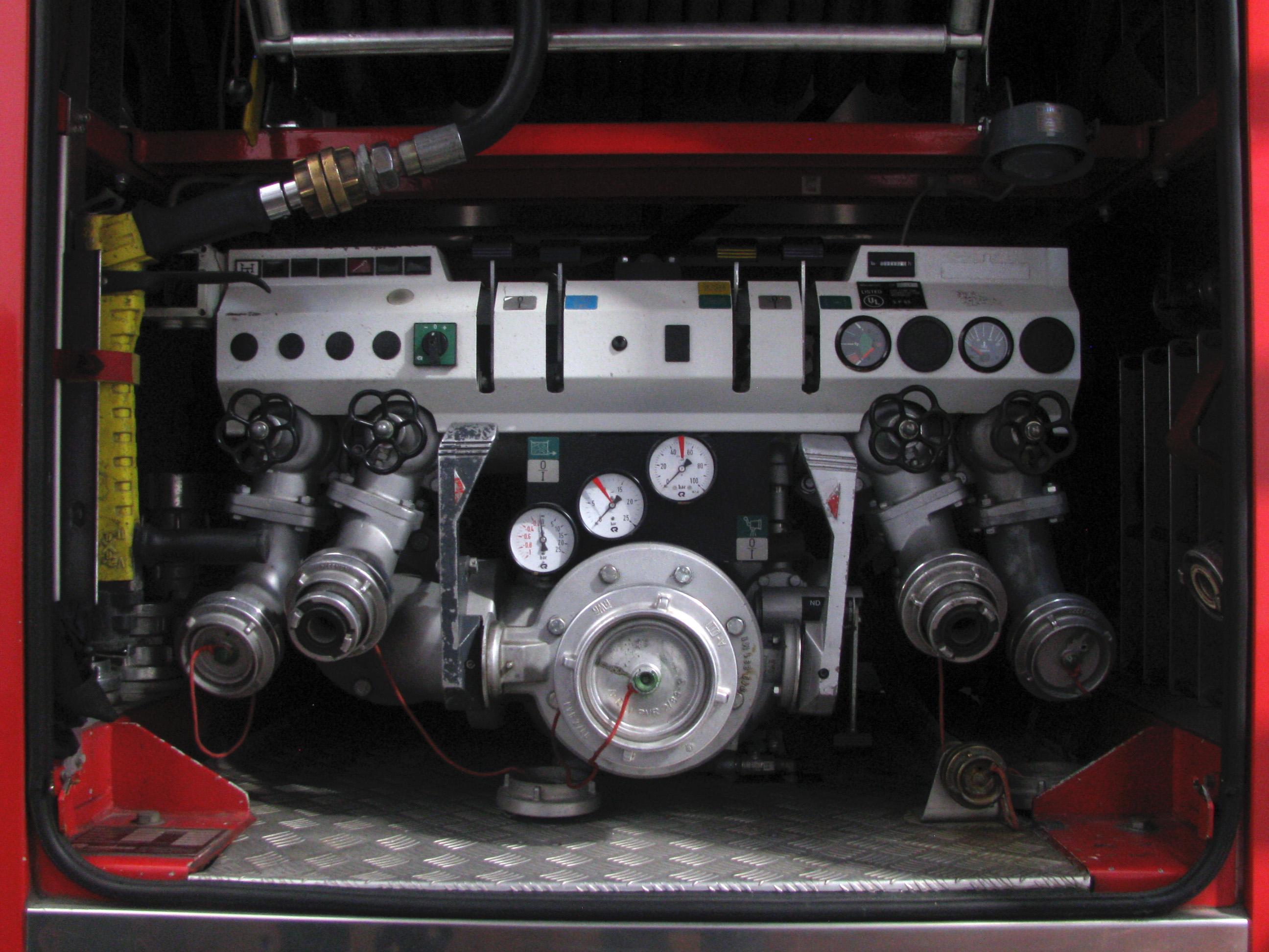 File:A high-pressure water pump in a Rosenbauer truck (1
