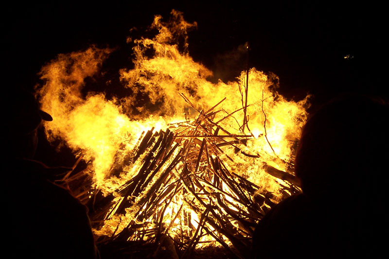 http://upload.wikimedia.org/wikipedia/commons/a/ad/Bonfire4.jpg