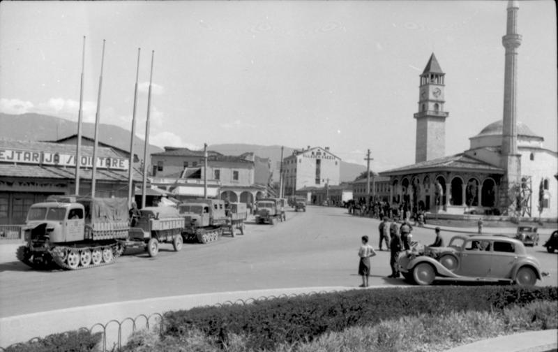 File:Bundesarchiv Bild 101I-049-1605-30A, Tirana, Raupenschlepper Ost mit Anhänger.jpg