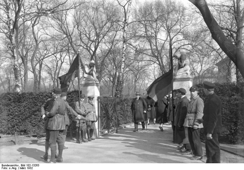Märzgefallene, Bundesarchiv, Bild 102-13263 / CC-BY-SA 3.0 [CC BY-SA 3.0 de (https://creativecommons.org/licenses/by-sa/3.0/de/deed.en)], via Wikimedia Commons