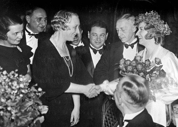 Чествование Бунина в Стокгольме (1933, декабрь). Cлева направо: Г. Н. Кузнецова, И. Троцкий, В. Н. Бунина, А. Седых, И. А. Бунин, «Люсия»