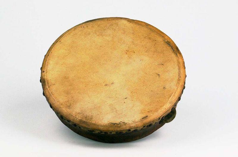 Berkas:COLLECTIE TROPENMUSEUM Enkelvellige lijsttrom met rinkelschijven TMnr 1032-2.jpg
