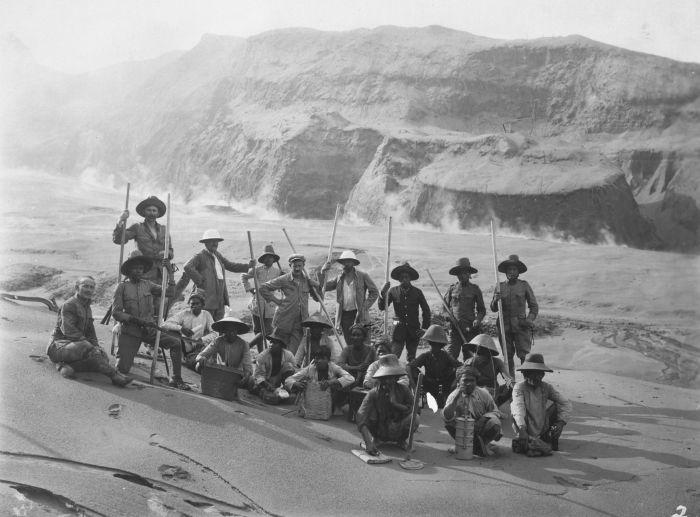 File:COLLECTIE TROPENMUSEUM Leden van de expeditie op de flanken van de uitgebarsten vulkaan Goenoeng Keloed Oost-Java TMnr 60029178.jpg