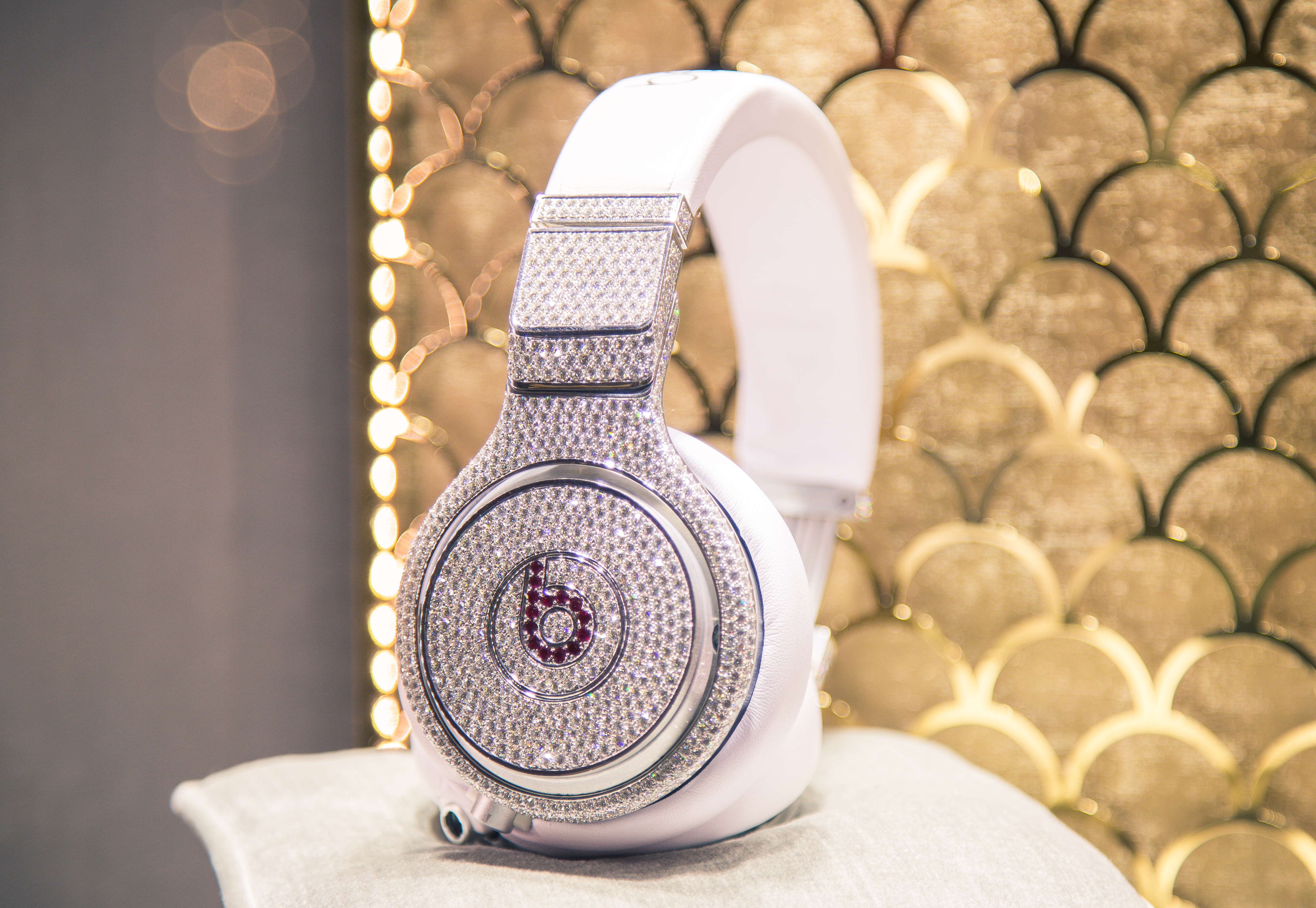 By Tony Webster from San Francisco, California (Diamond Beats by Dre Headphones) [CC BY 2.0 (https://creativecommons.org/licenses/by/2.0)], via Wikimedia Commons