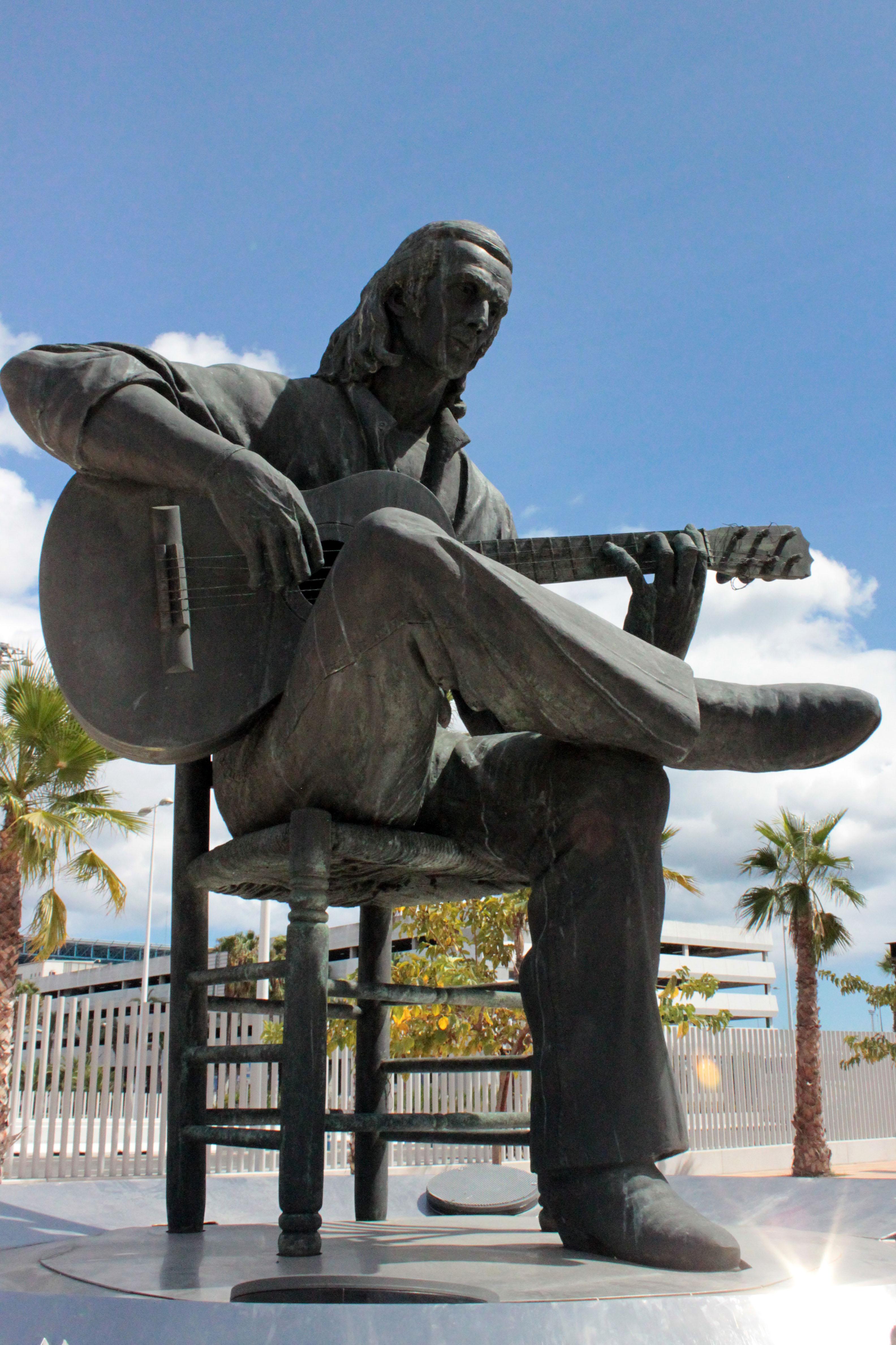 Escultura de Paco de Lucía, obra de Nacho Falgueras de 1994, en su localidad natal.