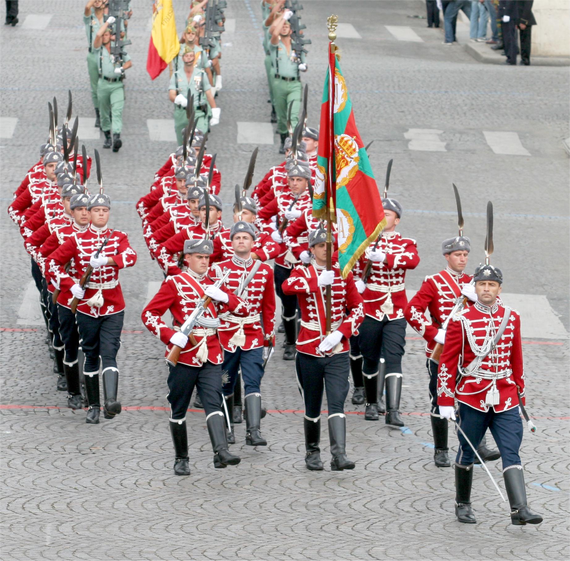 Die bulgarische Nationalgarde auf dem Av. Champs Elysées in Paris