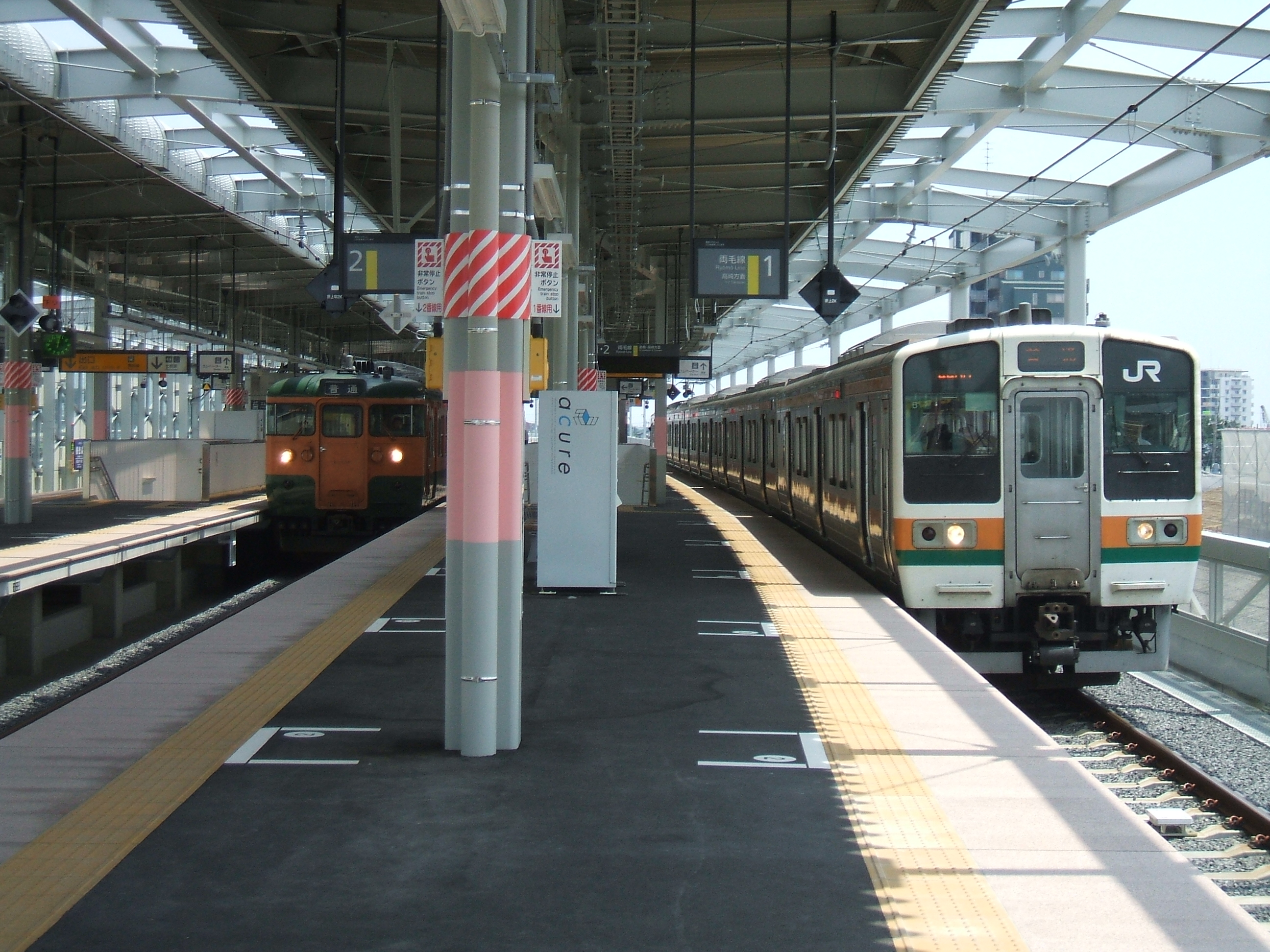 https://upload.wikimedia.org/wikipedia/commons/a/ad/JNR_115_Series_and_JNR_211_Series_at_Isesaki.jpg