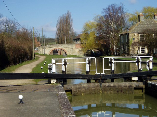Lock on Grand Union Canal at Stoke Bruerne - geograph.org.uk - 1025861