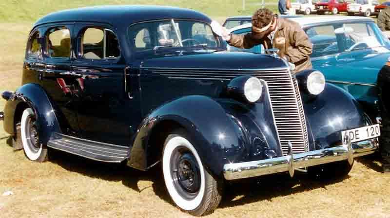 Studebaker_4-Door_Sedan_1937.jpg