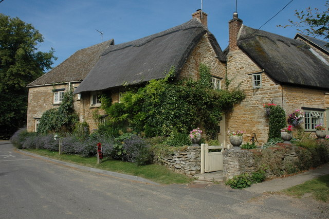 Thatched cottages in Kingham - geograph.org.uk - 899654
