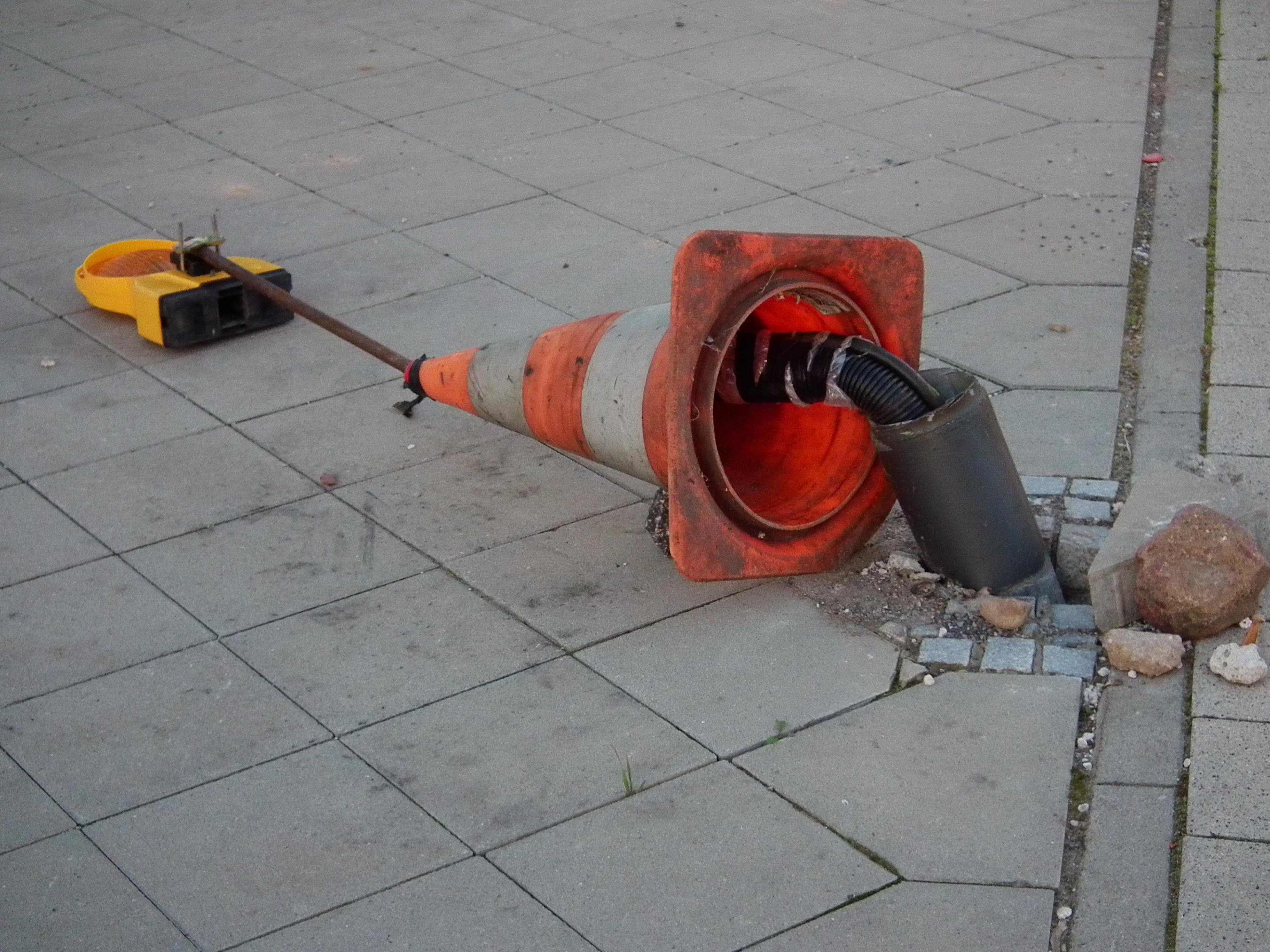 file:umgestürzter pylon zur kabelsicherung - wikimedia commons