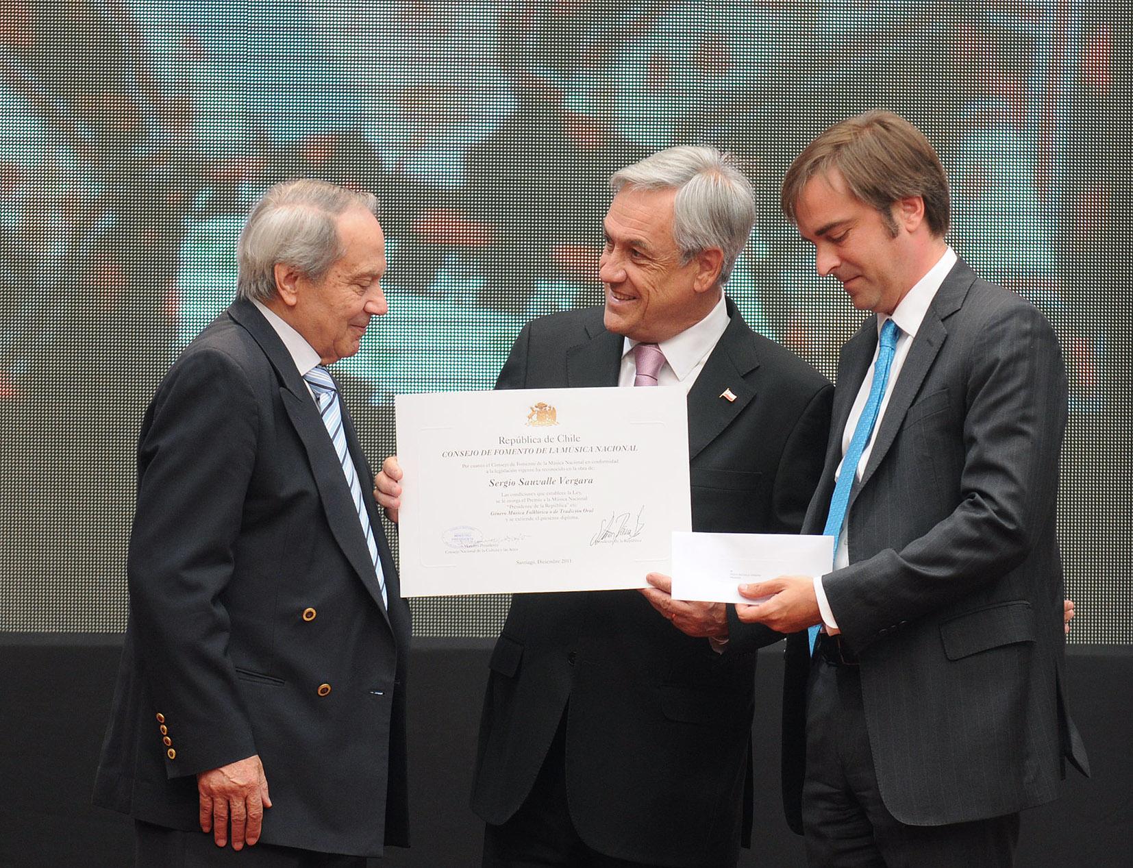 Sauvalle recibiendo el Premio a la Música Nacional Presidente de la República de manos del presidente Sebastián Piñera.