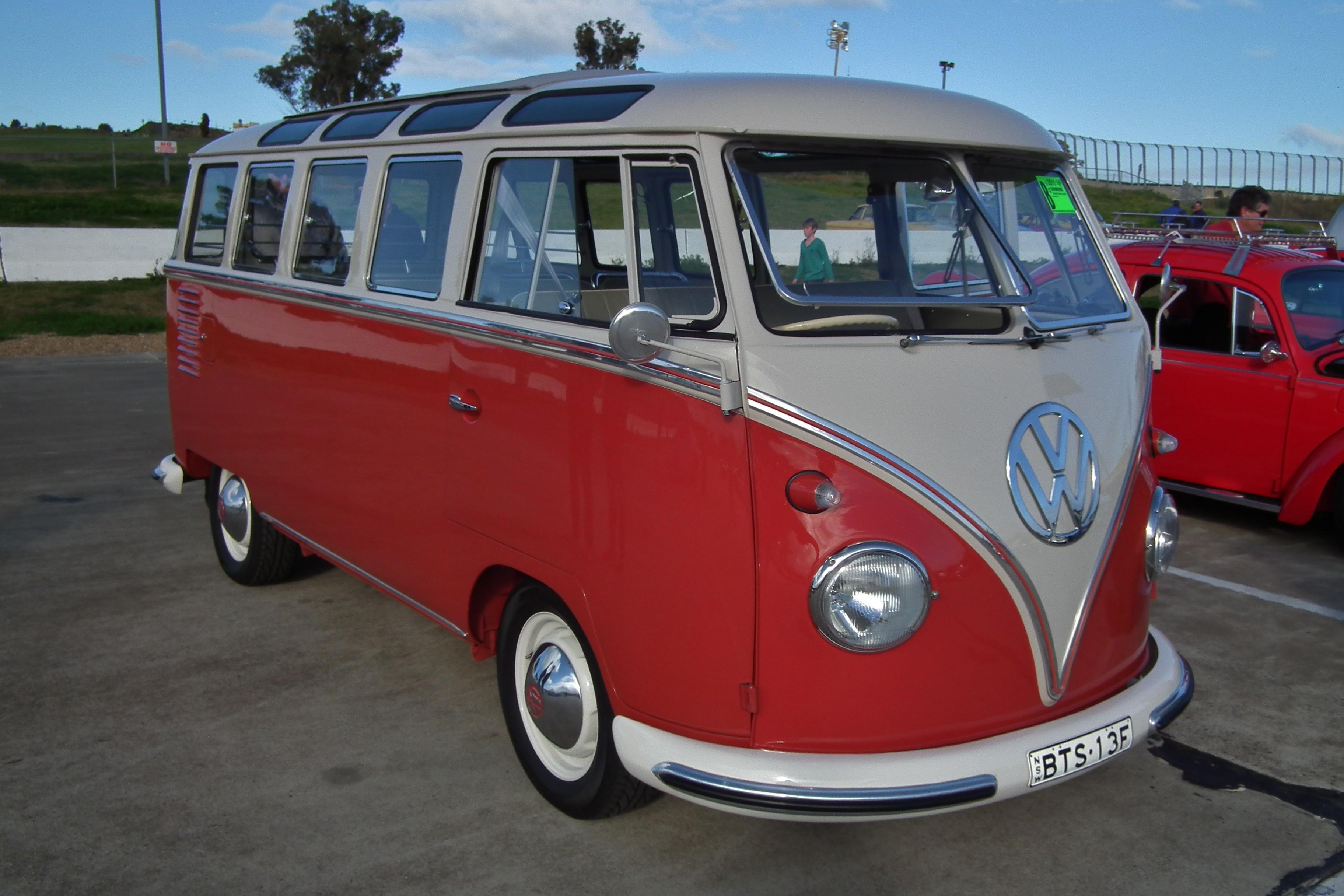 File:1960 Volkswagen T1 Transporter Deluxe 21 Window bus ...
