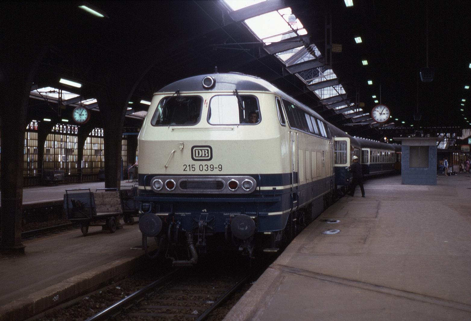 29.07.85 Köln Hbf 215.039 (12001602285).jpg