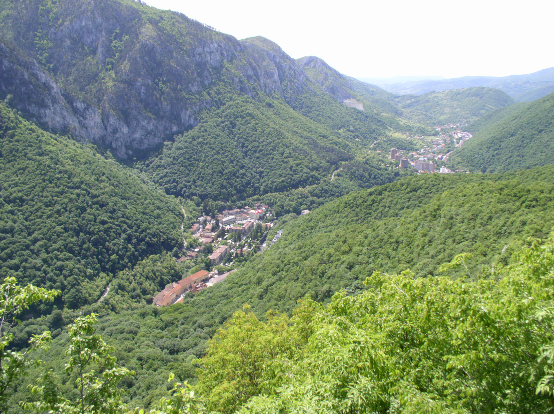 """Sursa/source: Wikipedia; """"Băile Herculane (Latin: Aqua Herculis; German: Herkulesbad; Hungarian: Herkulesfürdő; Czech: Herkulovy Lázně) is a town in Romanian Banat, in Caraş-Severin County, situated in the valley of the Cerna River, between the Mehedinţi Mountains to the east and the Cerna Mountains to the west, elevation 168 meters."""" https://commons.wikimedia.org/wiki/File%3AB.Herculane_mai_2007.jpg"""