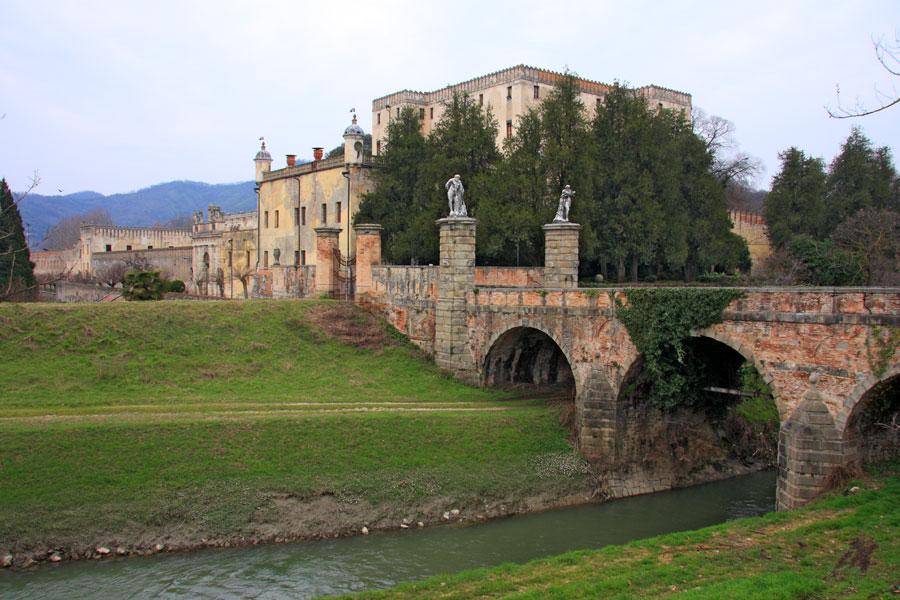 https://upload.wikimedia.org/wikipedia/commons/a/ae/BattagliaTerme_CastelloCata.jpg