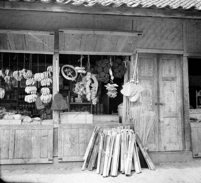 File collectie tropenmuseum winkel met bananen en huishoudartikelen als bezems touw en brand - Winkel bamboe ...