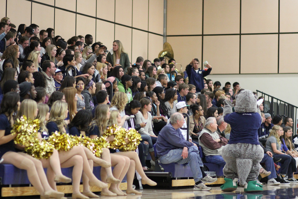 File:CSUMB crowd at The Kelp Bed.jpg - Wikipedia, the free ...