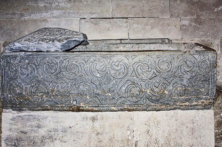 File:Cathédrale de Maguelone-Sarcophage.1.jpg