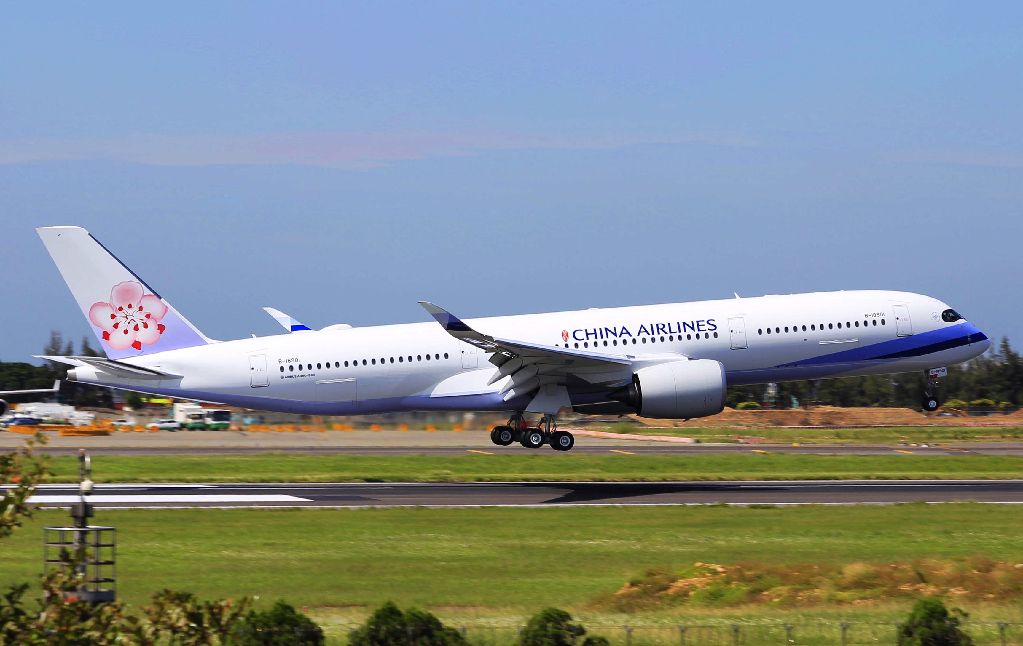 China_Airlines_A350-941_B-18901_Landing_in_TPE_2016-10-01_%28cropped%29.jpg